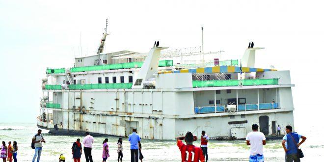 मिरामार किनार्यावर रूतलेले जहाज धोकादायक स्थितीत
