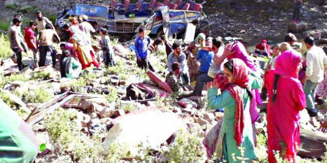 काश्मीरात बस दरीत कोसळून ३५ मृत्युमुखी